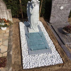 Engel in wit graniet met Cortenstalen rand